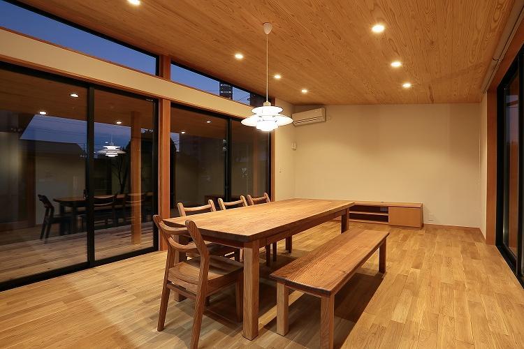 『集う家』木の温もりに包まれた現代和風の家の部屋 夜のLDK
