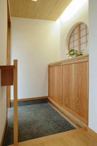 丸窓が可愛らしい和風玄関 (大屋根造りの家)
