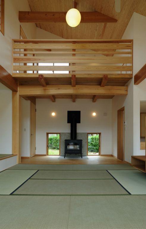 大屋根造りの家の部屋 薪ストーブのある吹き抜けリビング