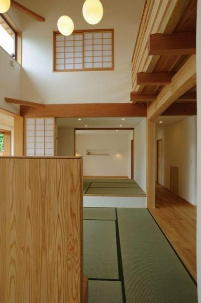 大屋根造りの家 (リビングより畳コーナー・寝室を見る)