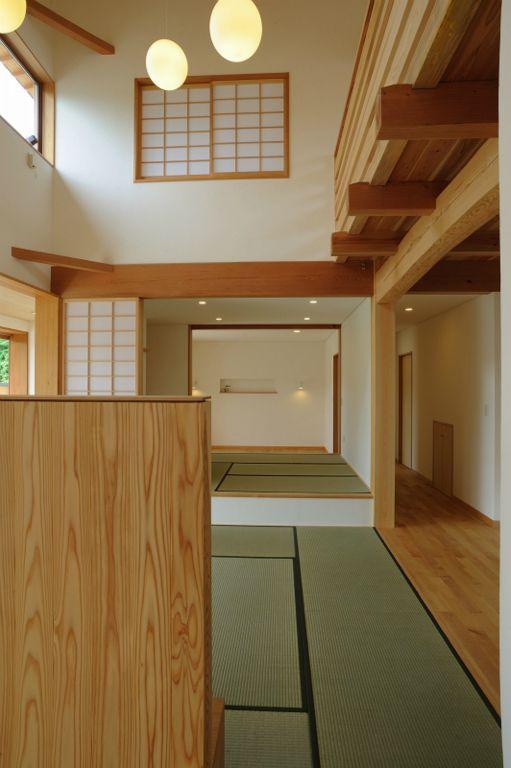 大屋根造りの家の部屋 リビングより畳コーナー・寝室を見る