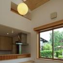大屋根造りの家の写真 ナチュラルな明るいダイニングキッチン