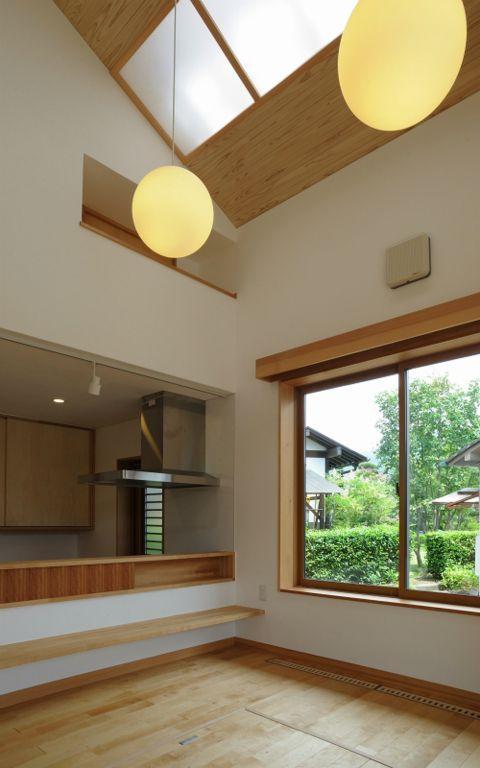 大屋根造りの家の部屋 ナチュラルな明るいダイニングキッチン