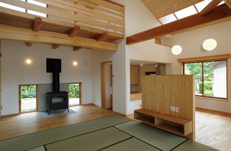 大屋根造りの家の部屋 温かみを感じる和風LDK