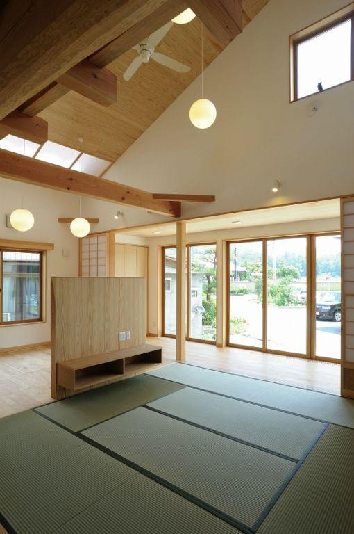 大屋根造りの家の部屋 明るい日差しの入るリビングダイニング