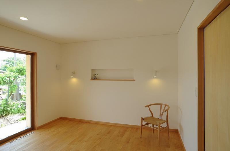 大屋根造りの家の部屋 ナチュラルなベッドルーム