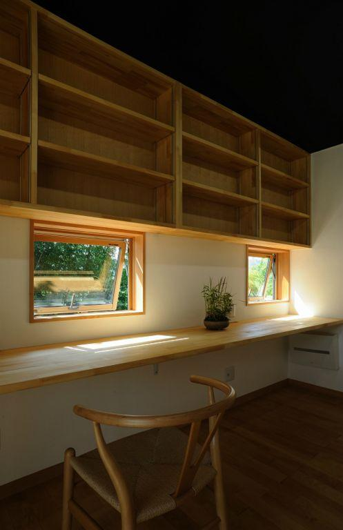 大屋根造りの家 (木の温もり感じる書斎)