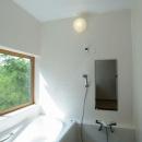 大きな窓のある浴室