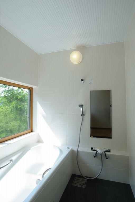 大屋根造りの家の部屋 大きな窓のある浴室