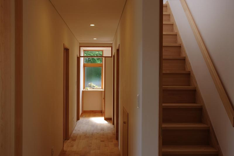 大屋根造りの家の部屋 木の温もり感じる廊下・階段