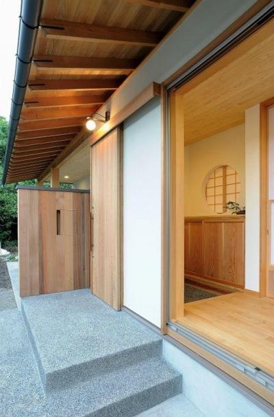 大屋根造りの家 (和風の玄関アプローチ)