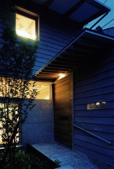 玄関アプローチ-夜景 (『NSH』コンパクトにまとめられた温かな住まい)