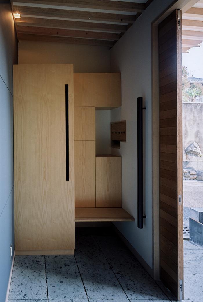 『NSH』コンパクトにまとめられた温かな住まい (腰掛けベンチのある玄関)
