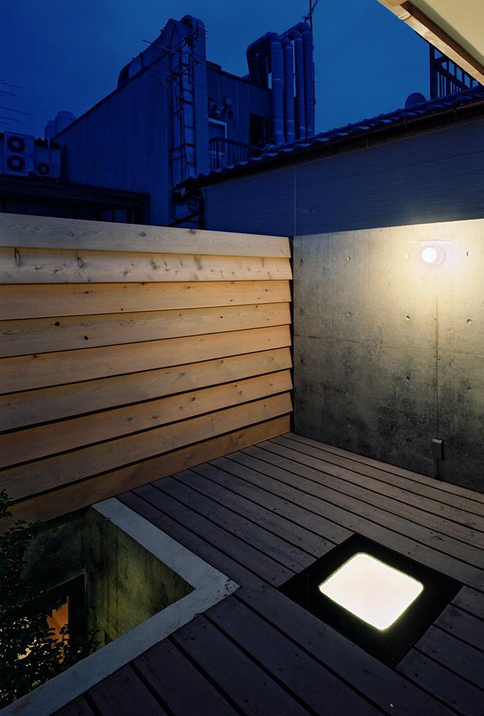 『NSH』コンパクトにまとめられた温かな住まいの写真 夜のルーフテラス
