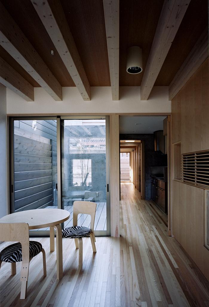 『NSH』コンパクトにまとめられた温かな住まい (テラスに面するダイニング・廊下)