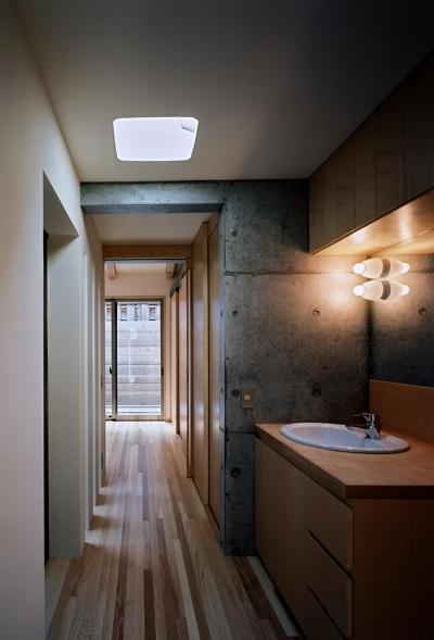 廊下・洗面スペース (『NSH』コンパクトにまとめられた温かな住まい)