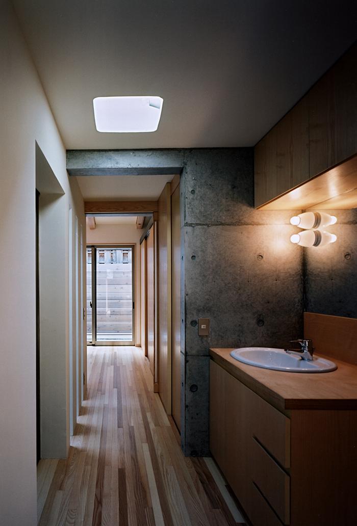 『NSH』コンパクトにまとめられた温かな住まいの写真 廊下・洗面スペース