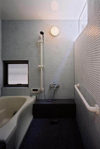 タイル貼りの浴室 (『NSH』コンパクトにまとめられた温かな住まい)