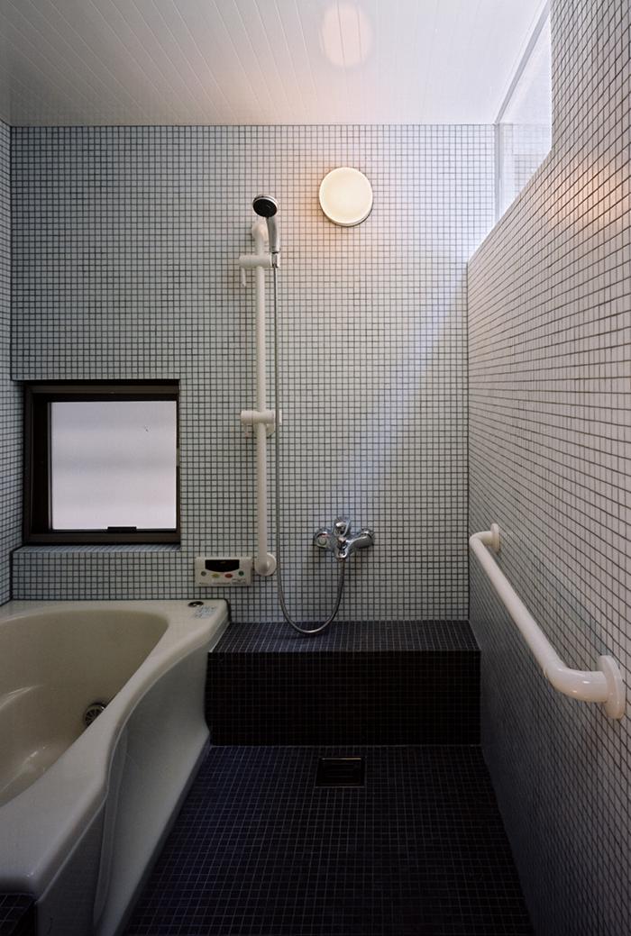 『NSH』コンパクトにまとめられた温かな住まいの写真 タイル貼りの浴室