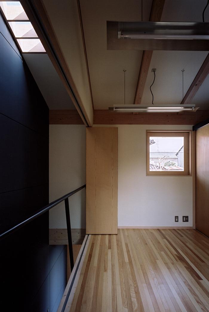 『NSH』コンパクトにまとめられた温かな住まいの写真 仕切り可能な2階ベッドルーム