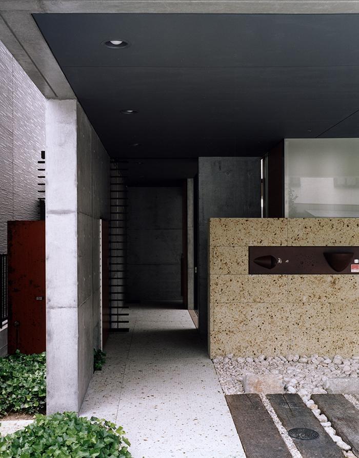 『SMH』住まい手に優しいバリアフリー住宅の部屋 シックな玄関アプローチ