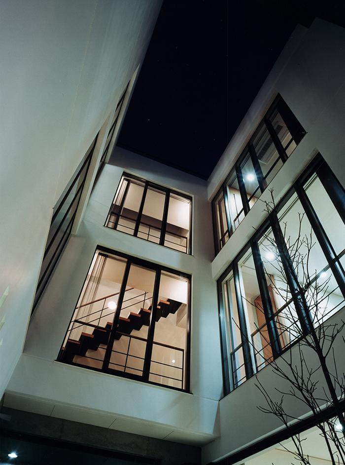 『SMH』住まい手に優しいバリアフリー住宅の部屋 中庭より見上げる