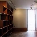 『SMH』住まい手に優しいバリアフリー住宅の写真 大容量収納棚のある洋室