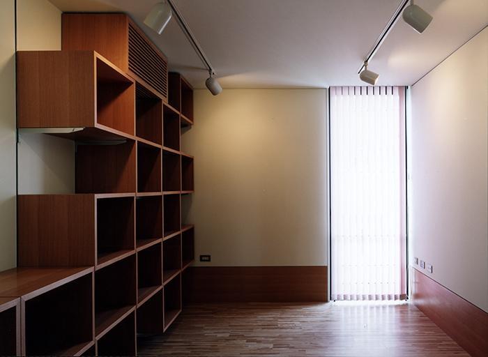 『SMH』住まい手に優しいバリアフリー住宅の部屋 大容量収納棚のある洋室