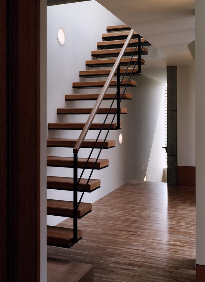 『SMH』住まい手に優しいバリアフリー住宅 (明るい階段室)