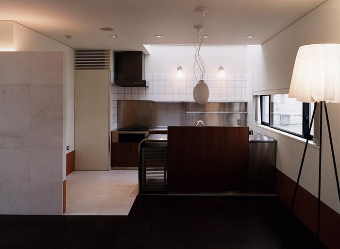 『SMH』住まい手に優しいバリアフリー住宅 (ダイニングよりキッチンを見る)