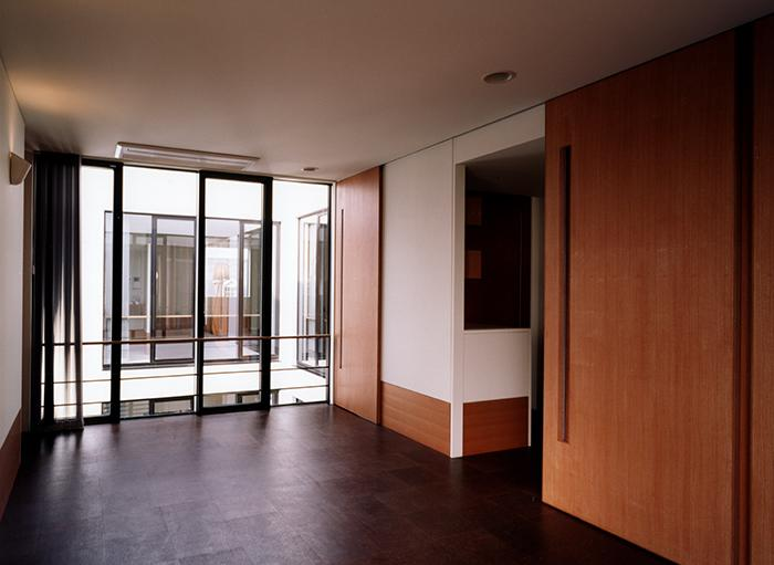 『SMH』住まい手に優しいバリアフリー住宅の部屋 中庭を見下ろせる洋室