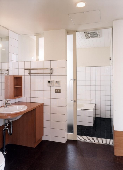 『SMH』住まい手に優しいバリアフリー住宅 (タイル張りの洗面・浴室)