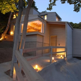 『HKH』優しい光の集まる木造2階建て住宅 (照明が優しく導くアプローチ)