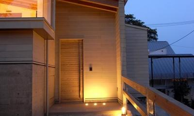 温かく迎えるエントランス|『HKH』優しい光の集まる木造2階建て住宅