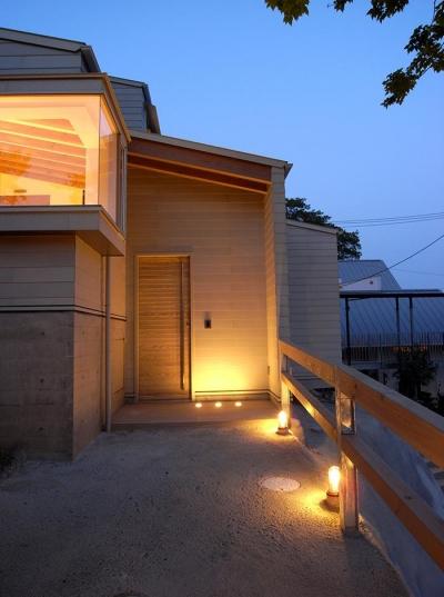 温かく迎えるエントランス (『HKH』優しい光の集まる木造2階建て住宅)