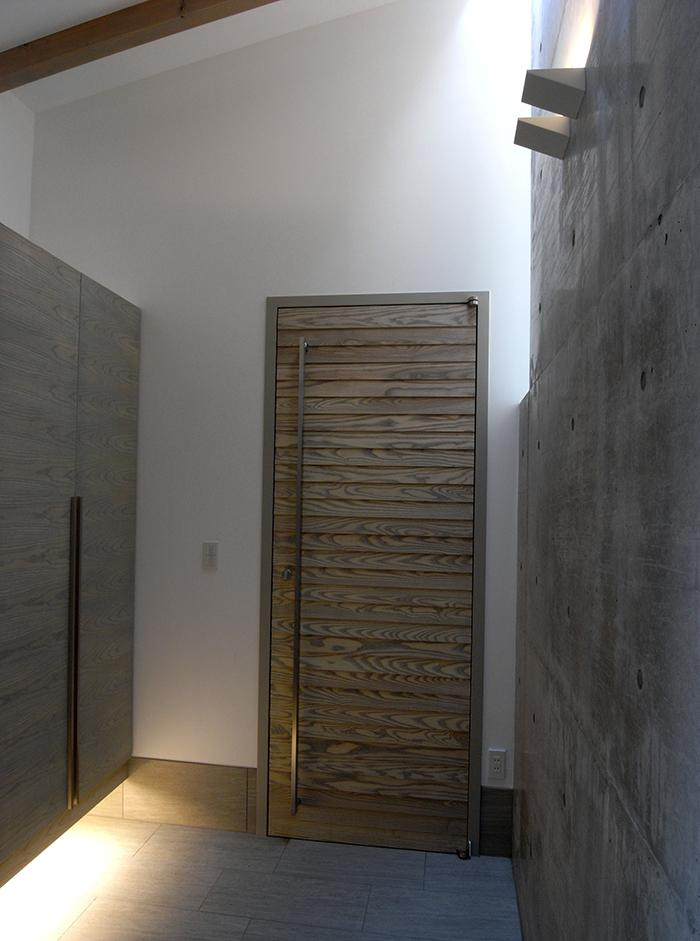 『HKH』優しい光の集まる木造2階建て住宅の部屋 天窓から光が差す広々玄関