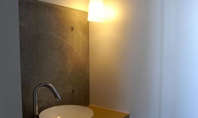『HKH』優しい光の集まる木造2階建て住宅 (コンクリート現しの洗面スペース)