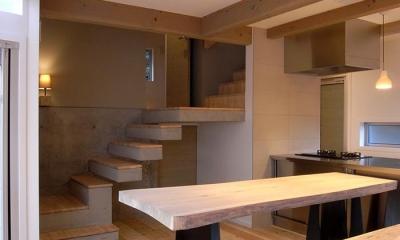 『HKH』優しい光の集まる木造2階建て住宅 (温かみ感じるダイニングキッチン)