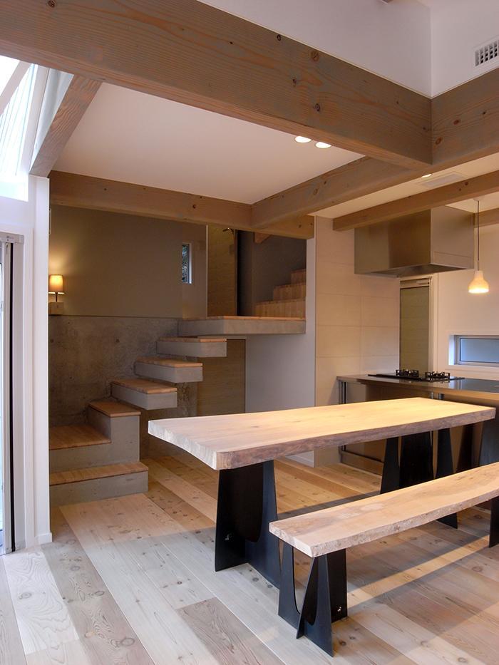 『HKH』優しい光の集まる木造2階建て住宅の写真 温かみ感じるダイニングキッチン