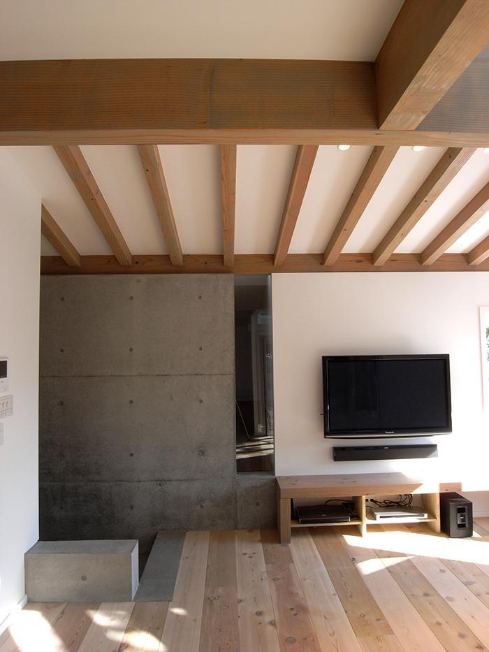 『HKH』優しい光の集まる木造2階建て住宅の部屋 木×コンクリートのリビング