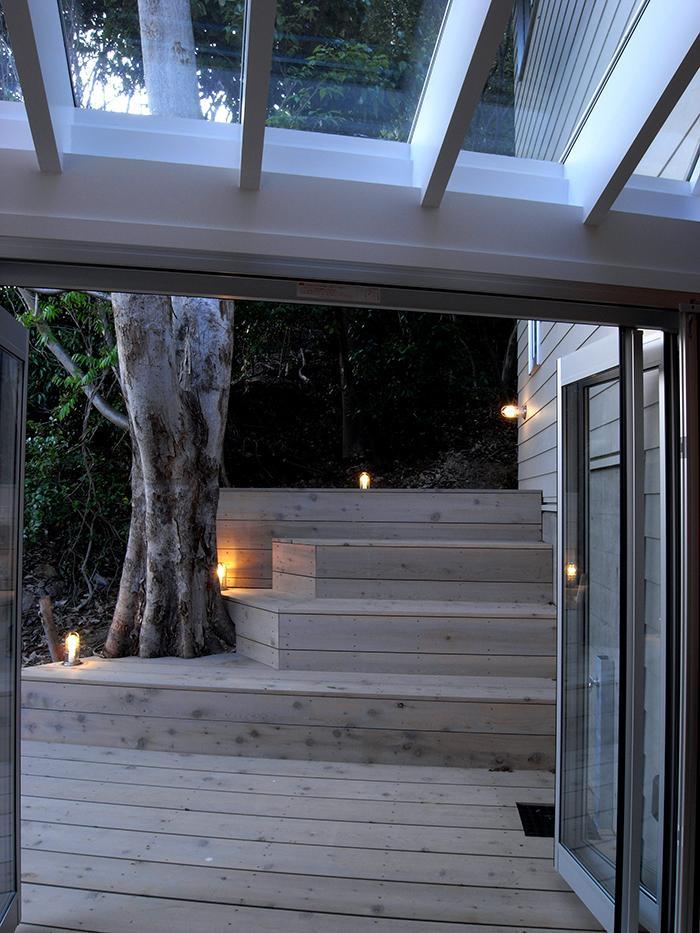 『HKH』優しい光の集まる木造2階建て住宅の写真 リビングよりテラス・林を見る