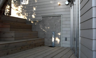 『HKH』優しい光の集まる木造2階建て住宅 (大きな木の下のテラス)