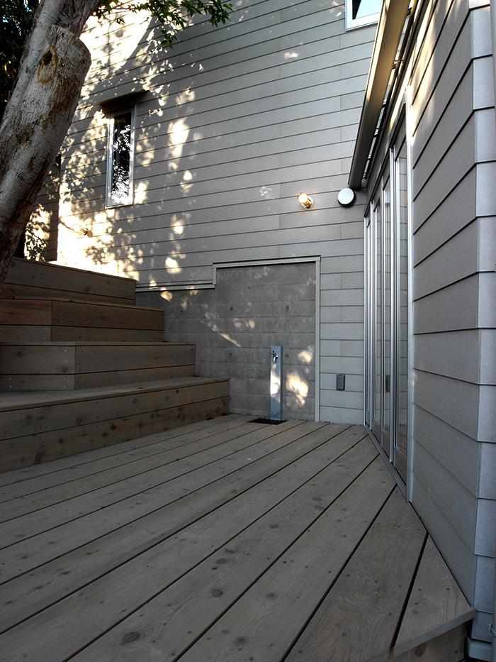 『HKH』優しい光の集まる木造2階建て住宅の部屋 大きな木の下のテラス