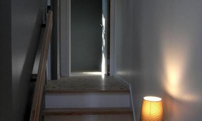 『HKH』優しい光の集まる木造2階建て住宅 (寝室につながる階段)