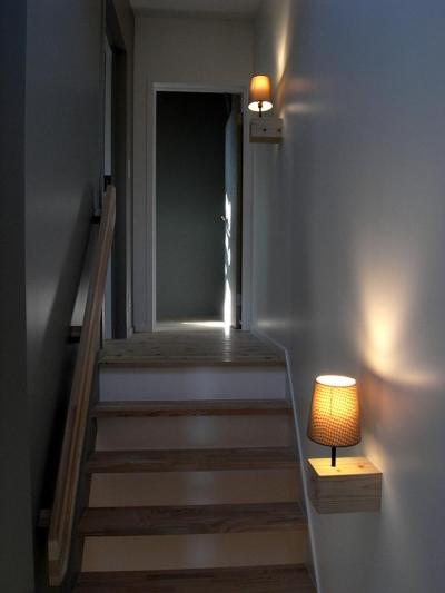 寝室につながる階段 (『HKH』優しい光の集まる木造2階建て住宅)