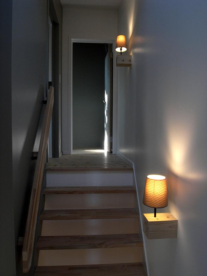 『HKH』優しい光の集まる木造2階建て住宅の部屋 寝室につながる階段