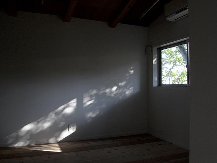 『HKH』優しい光の集まる木造2階建て住宅の写真 優しい光の差し込む寝室