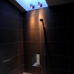 『HKH』優しい光の集まる木造2階建て住宅 (夕日の差し込む大人空間の浴室)