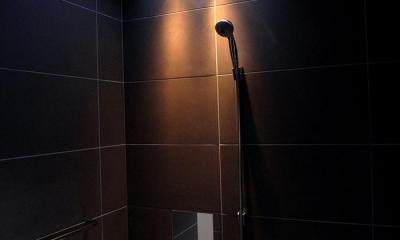 夕日の差し込む大人空間の浴室|『HKH』優しい光の集まる木造2階建て住宅