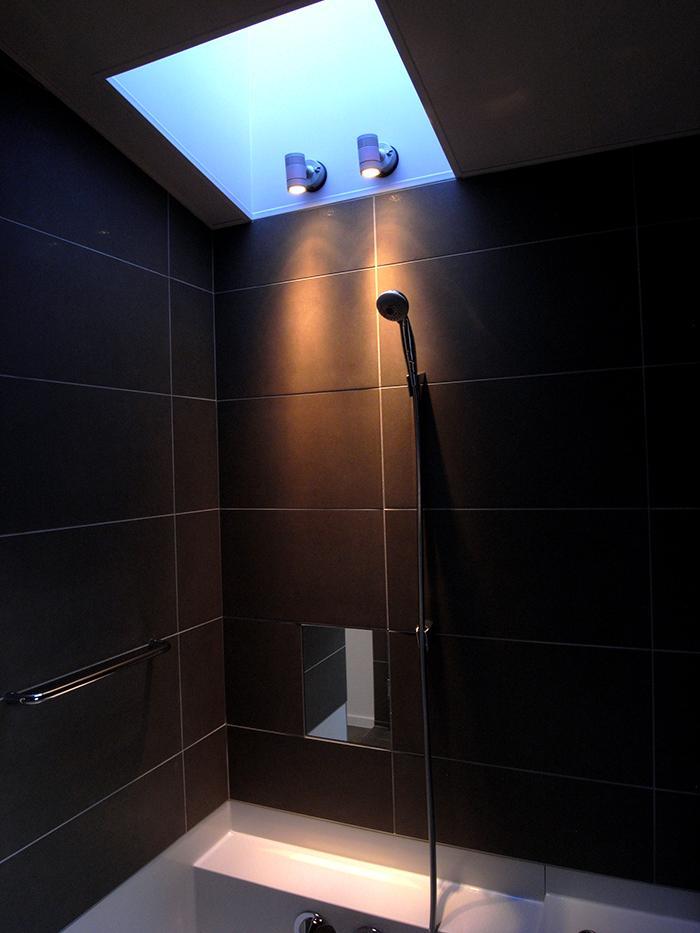 『HKH』優しい光の集まる木造2階建て住宅の部屋 夕日の差し込む大人空間の浴室
